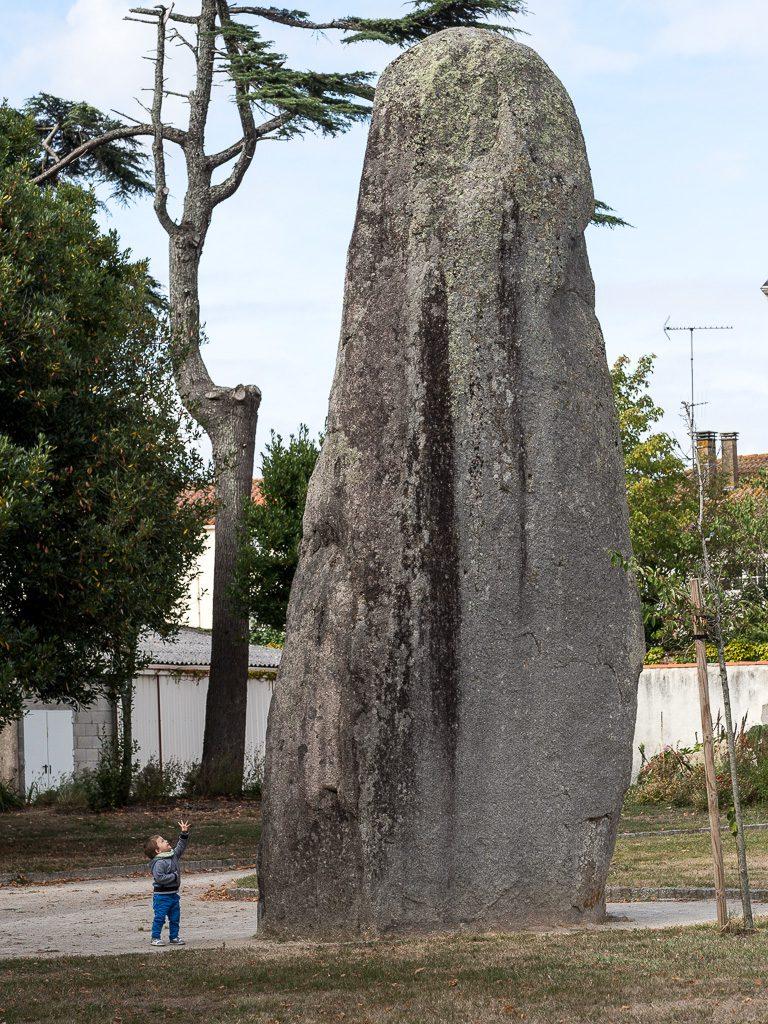 einzigartig: Le menhir du Camp de César in Avrille